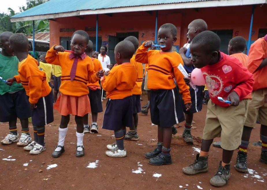 De kinderen leren spelenderwijs goed hun gebit te verzorgen. De poetsinstructies worden gegeven door de Nederlandse vrijwilligers van stichting Help Uganda.