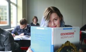 Aventus Lyceum student achter studieboek