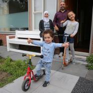 Mohamad en Masaa en hun ouders Dalal en Bassam Joha voor hun Twellose woning. Ze zijn bijna ingeburgerd. © RONNY TE WECHEL